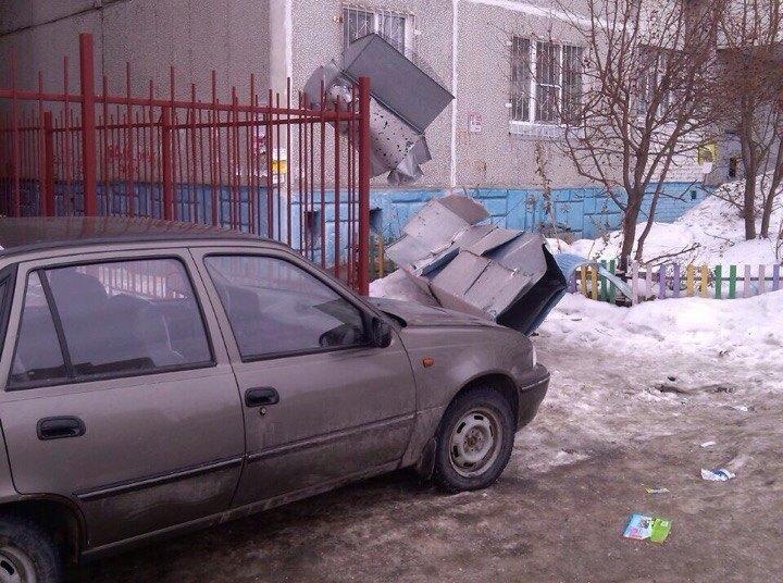 Сорвавшийся сбани каркас вентиляции сломал забор жилого дома вОмске