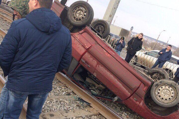 ВКазани врезультате происшествия надороге легковушка выехала натрамвайные пути иперевернулась