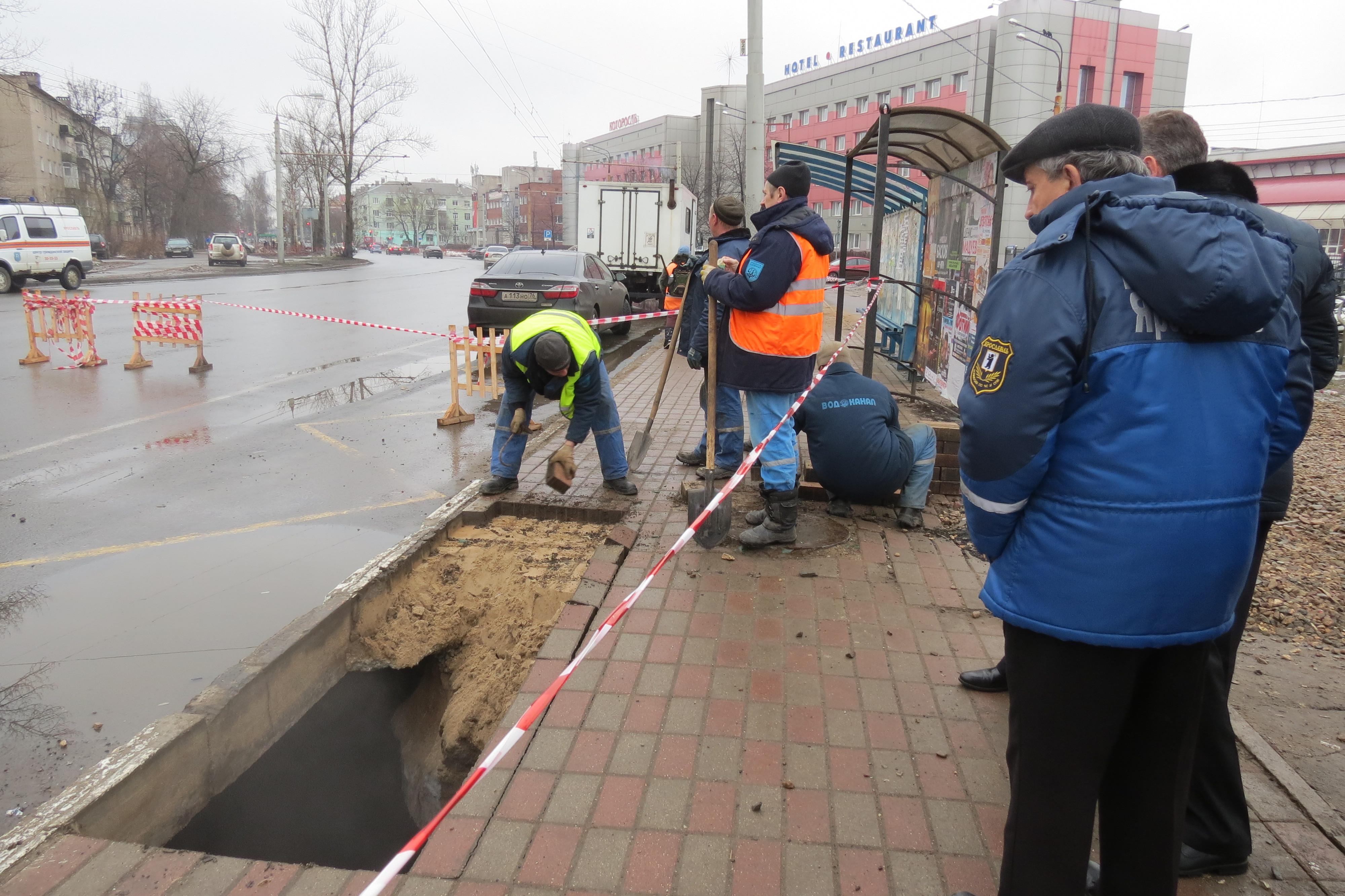 Вцентре Ярославля мужчина провалился под асфальт