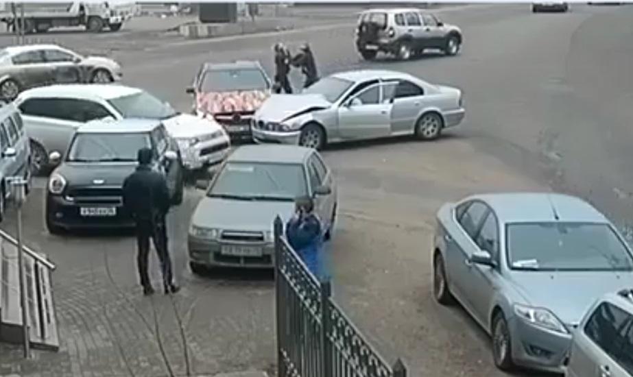 Вweb-сети появилось видео своронежскими автомобилистами, устроившими потасовку после ДТП