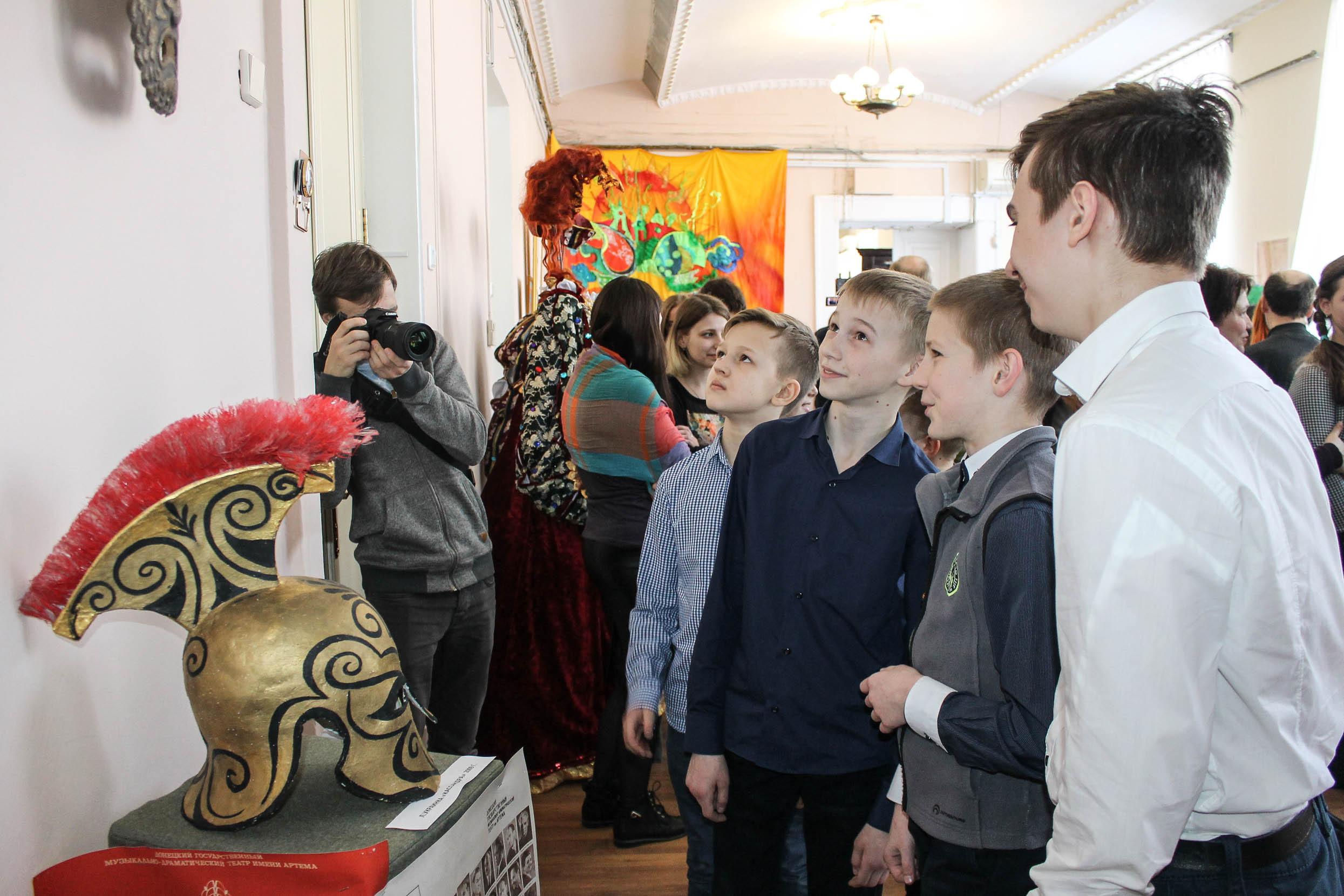 Открытие выставки посетили учащиеся и курсанты Донецка