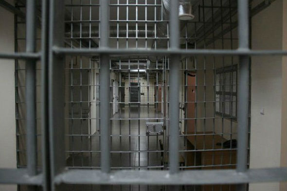 Работник ангарской колонии попался при передаче заключенным наркотиков ителефонов