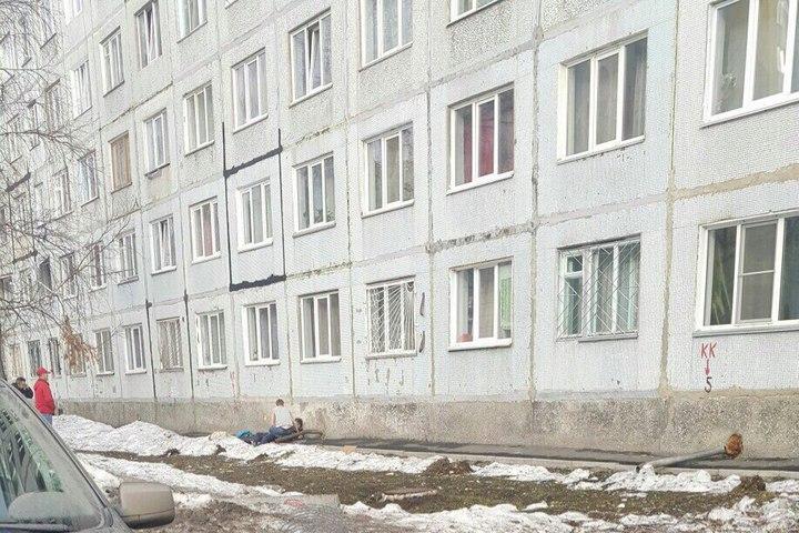 ВКемерове изокна восьмого этажа выпал юноша