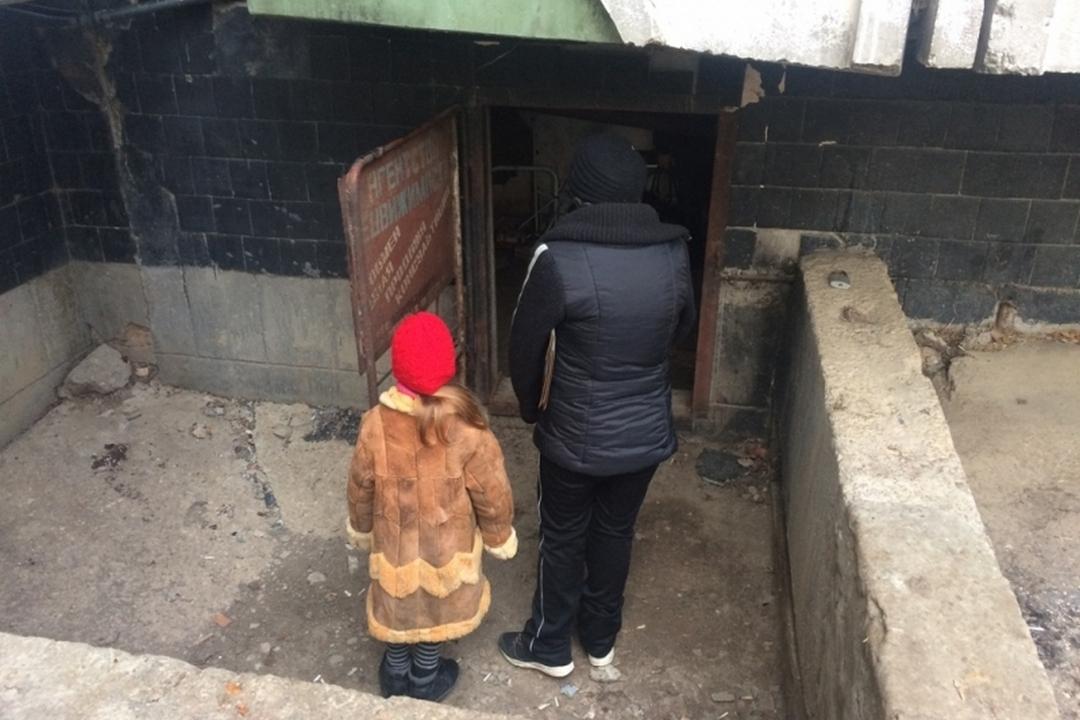 ВКерчи вподвале многоэтажки сбомжами месяц жила 7-летняя девочка