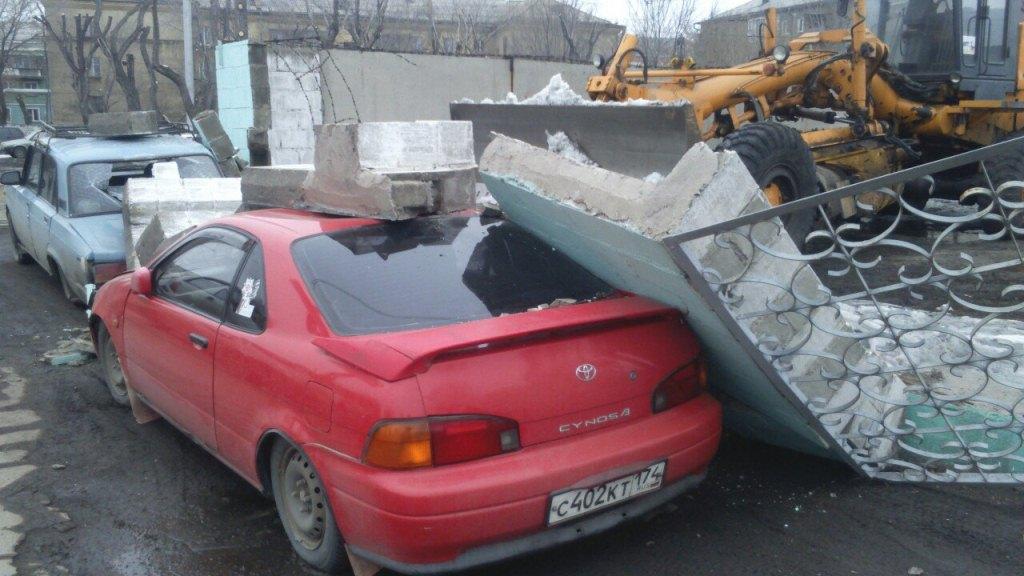 Грейдер уронил бетонный забор наприпаркованные автомобили вМагнитогорске