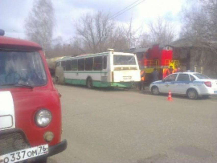 ВЯрославле грузовой поезд протаранил пассажирский автобус