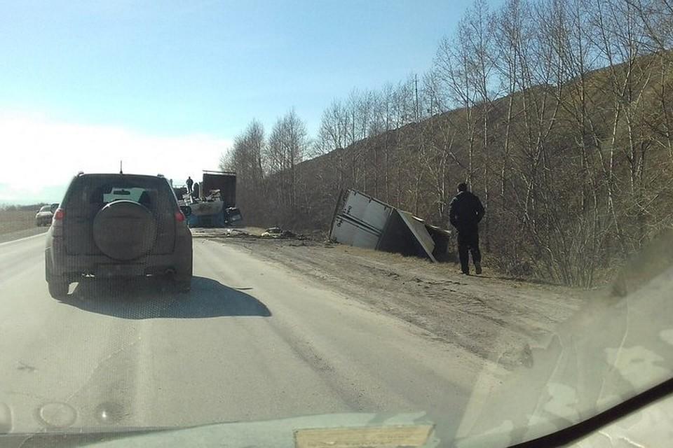 Накузбасской трассе всмертельное ДТП попали два фургона илегковушка