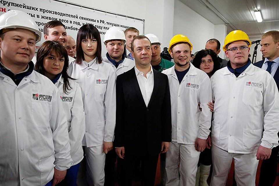 Тамбовские рабочие пожелали премьеру «держаться». Фото: Дмитрий Астахов/ТАСС