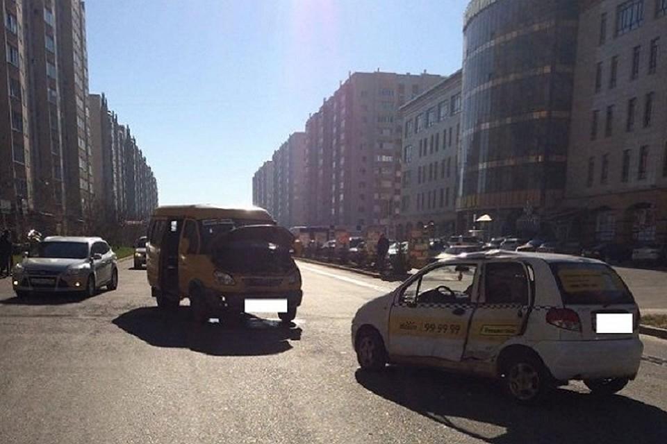 ВСтаврополе шофёр легкового такси допустил столкновение спассажирской ГАЗелью