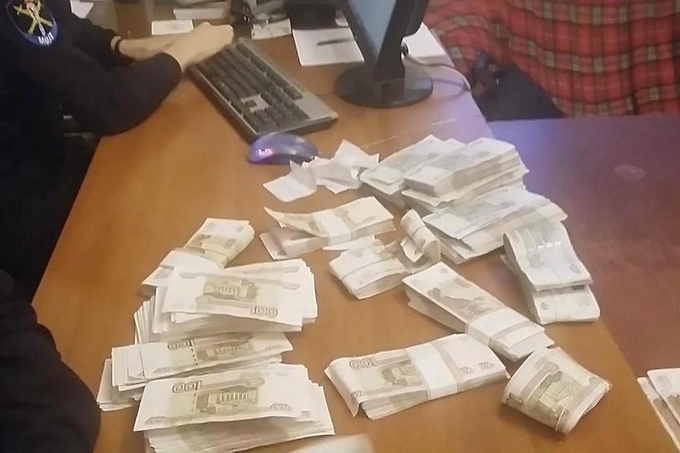 Охранник магазина попался накраже 700 000 руб.