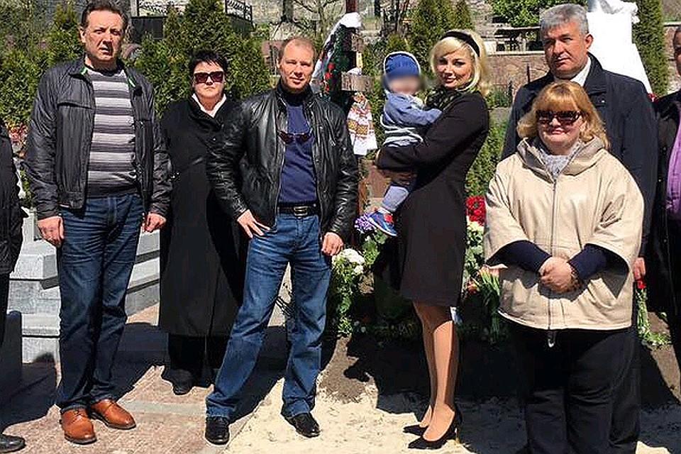 Вдова Вороненкова впервый раз привела сына кмогиле экс-депутата Государственной думы