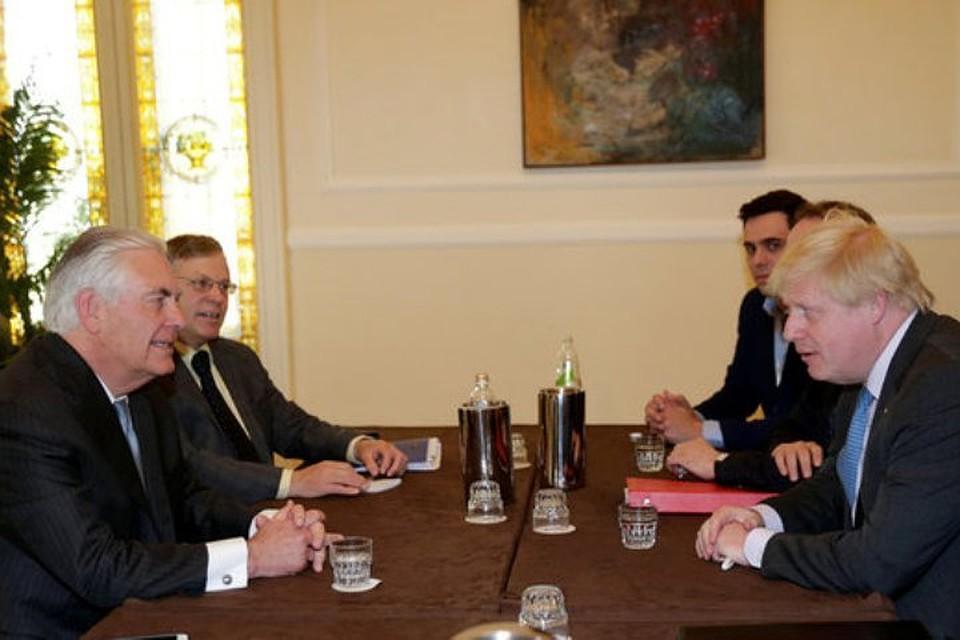 Руководитель МИД Англии призвал США повторить удары поСирии