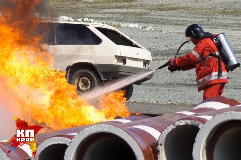 ВЕкатеринбурге огонь сломал «шестерку» икузов автомобиля «Nissan»
