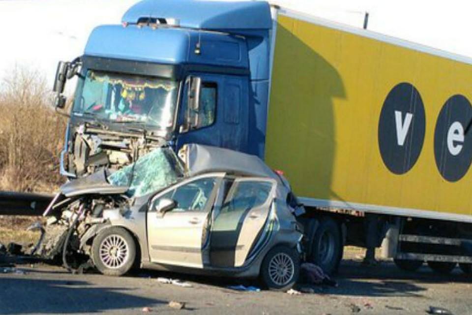 НаКолпинском шоссе иностранная машина столкнулась с фургоном: погибли три женщины