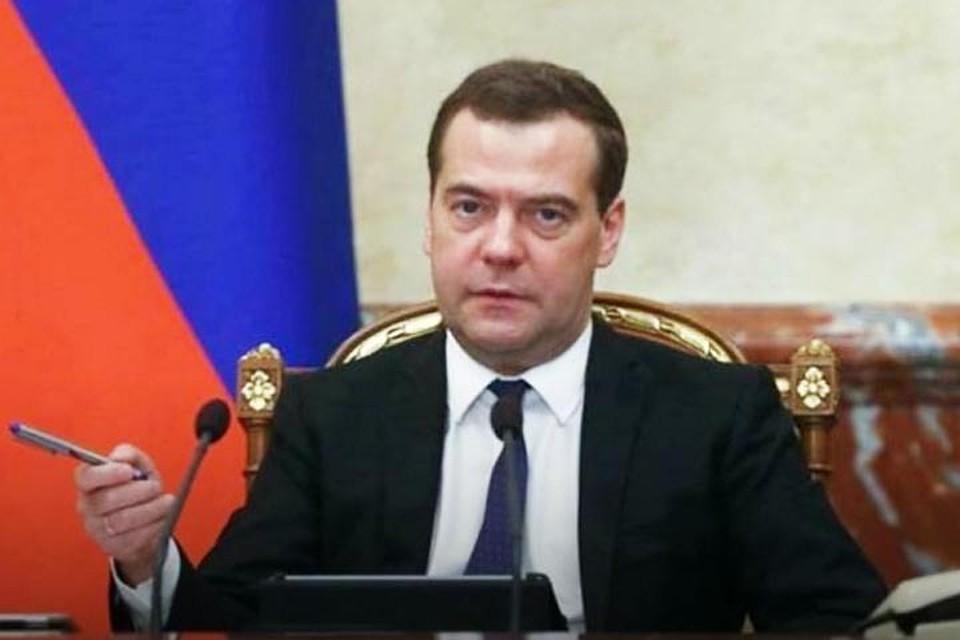 Д. Медведев возложил цветы кВечному огню вСмоленске