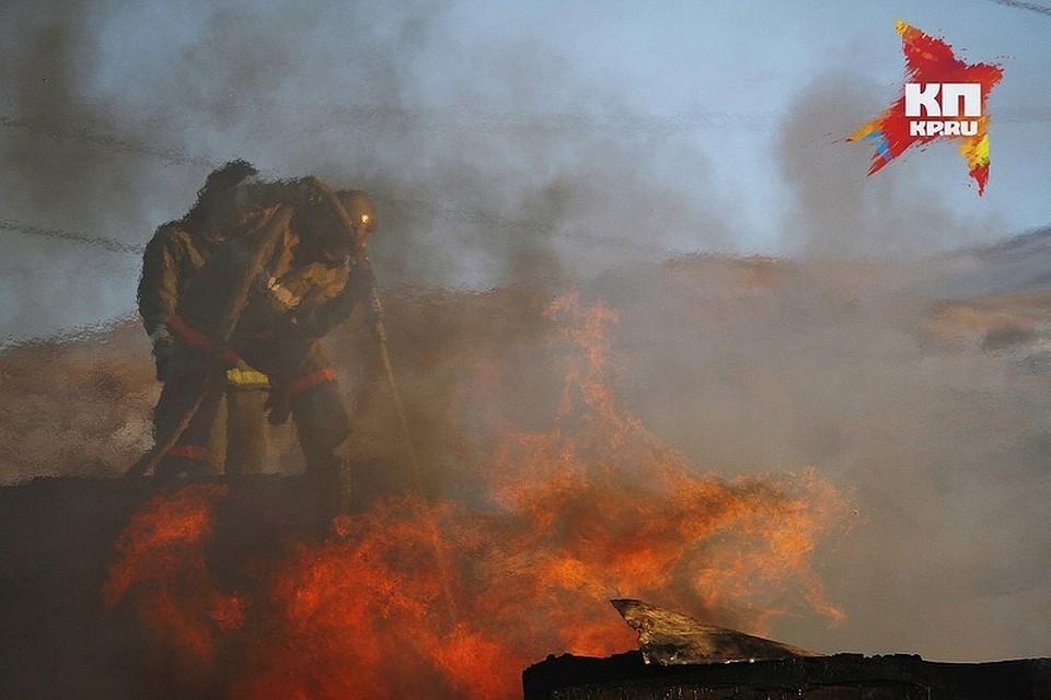 Потушен мощный пожар вкрасноярском поселке, где сгорело восемь строений