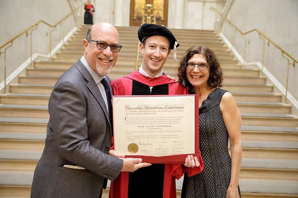 Цукерберг получил ученую степень спустя 12 лет после отчисления изГарварда