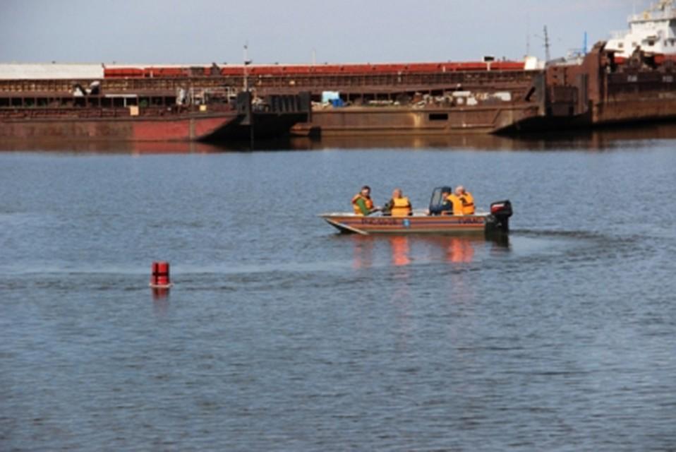 ВХабаровске продолжаются поиски упавшего заборт лодки мужчины