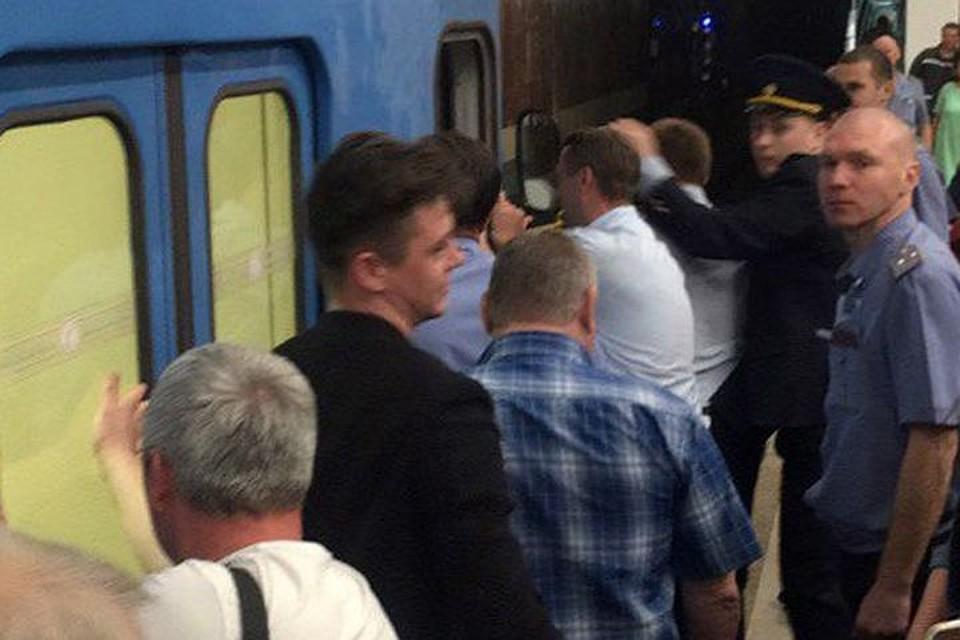 ВНовосибирске пассажиры метро вручную толкали поезд