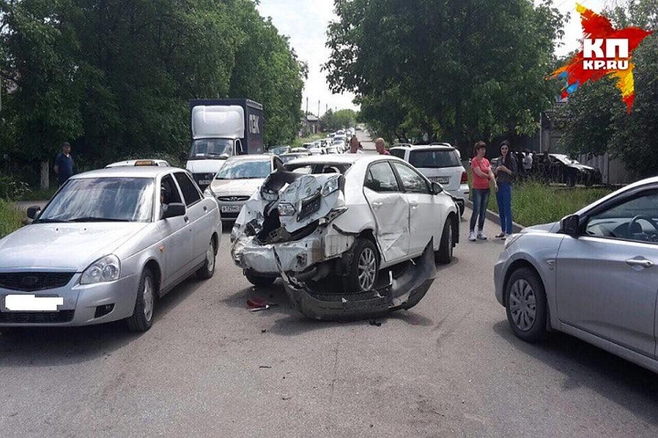 ВПятигорске вмассовом ДТП столкнулись фургон исемь авто