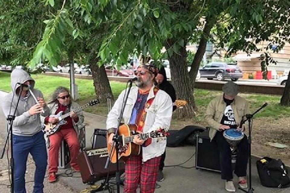 Борис Гребенщиков дал бесплатный мини-концерт нанабережной Волгограда