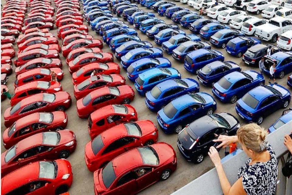 Сотни машин выстроились в огромный триколор вПетербурге