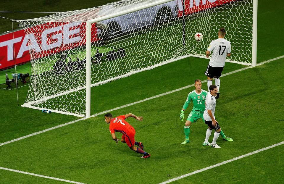 Алексис Санчес открыл счет в матче Германия - Чили.