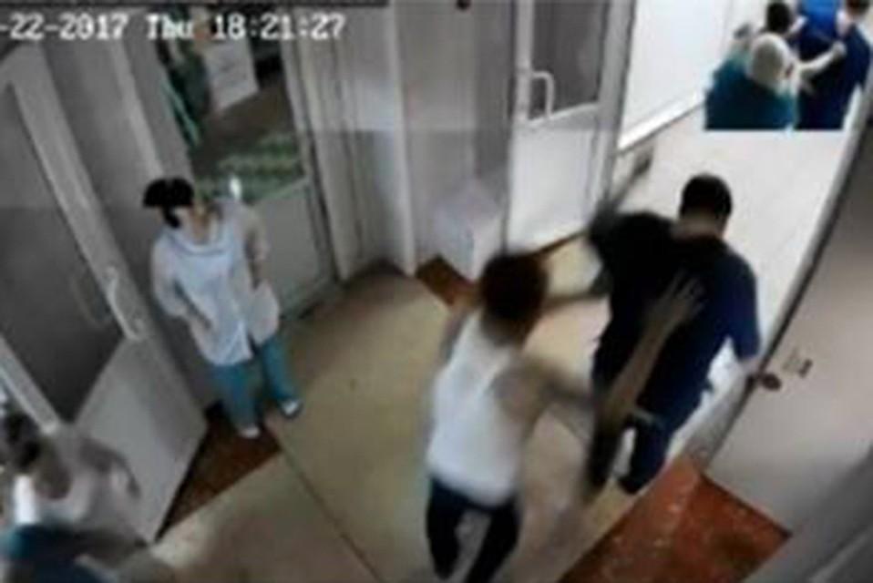 Мужчина избил медика завопрос отатуировках вХабаровске