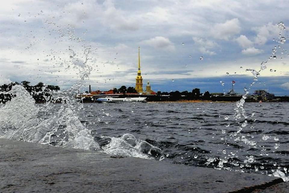 Нева затопила набережную Лейтенанта Шмидта вПетербурге