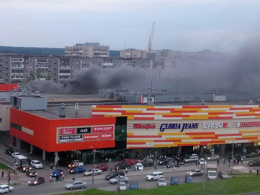 ИзсгоревшегоТЦ «Макси» вЧереповце массово вывозят продукты