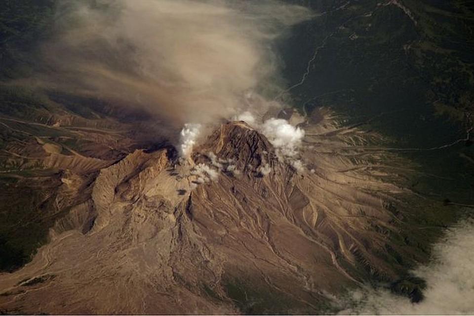 Пепловый шлейф вулкана Ключевской наКамчатке протянулся надесятки километров