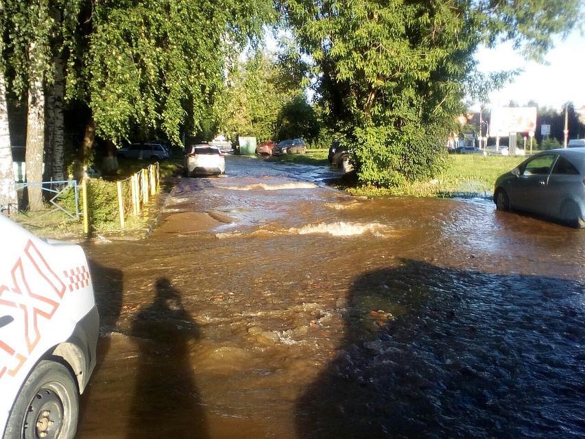 ВИжевске вода залила несколько улиц из-за прорыва наул.Майская