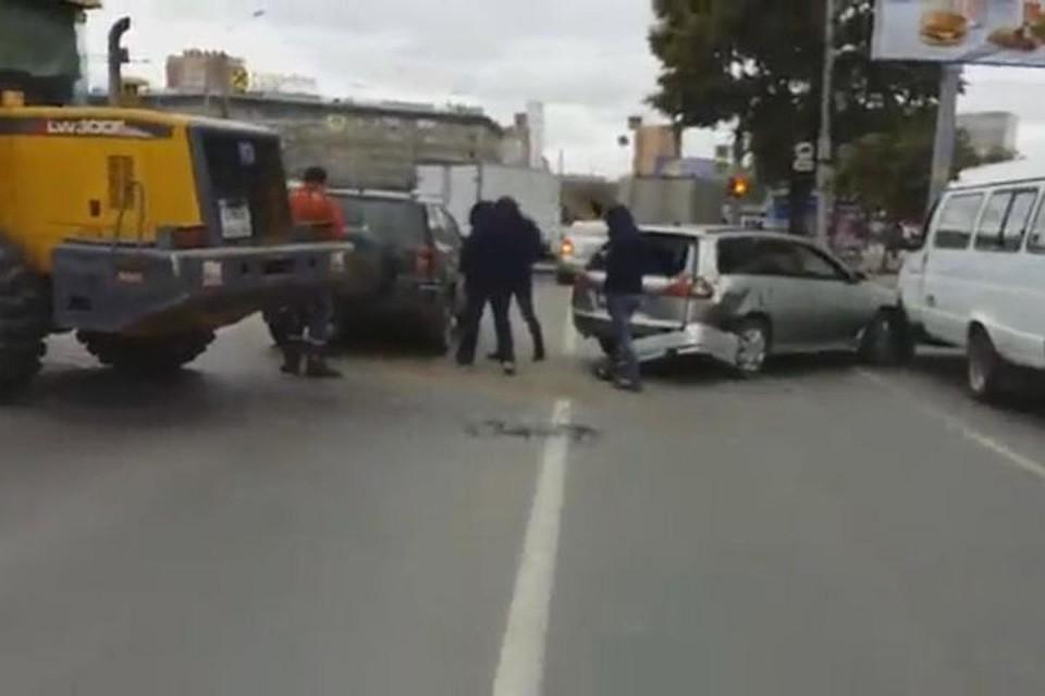 Массовая авария сучастием трактора произошла вНовосибирске