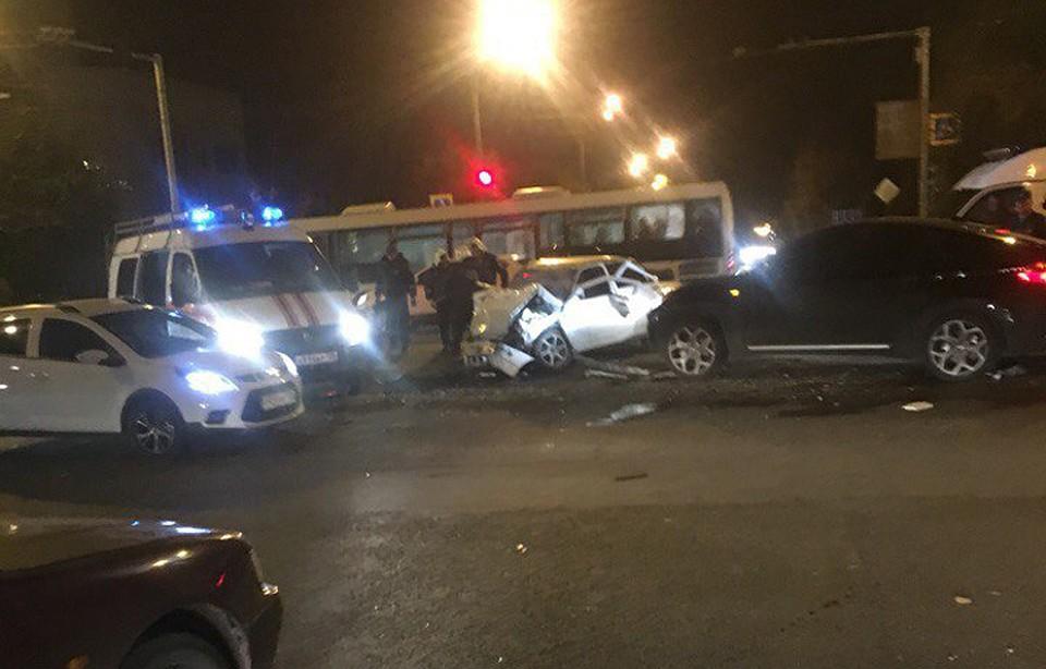 ВВоронеже столкнулись «ВАЗ» и БМВ : пострадавших довелось  доставать спасателям