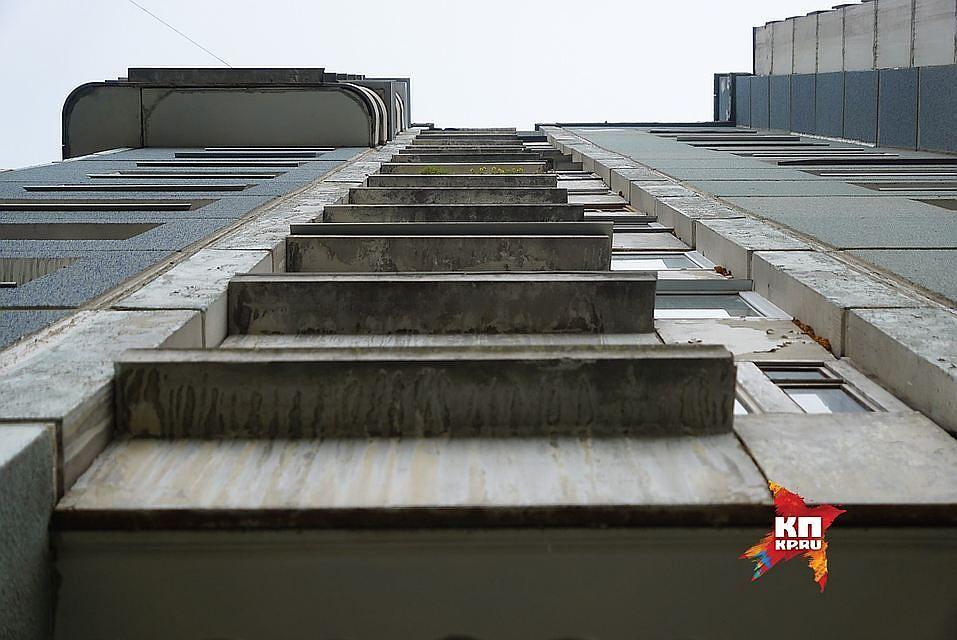 Изокна 8 этажа пенсионерка упала наавтомобиль вМурманске