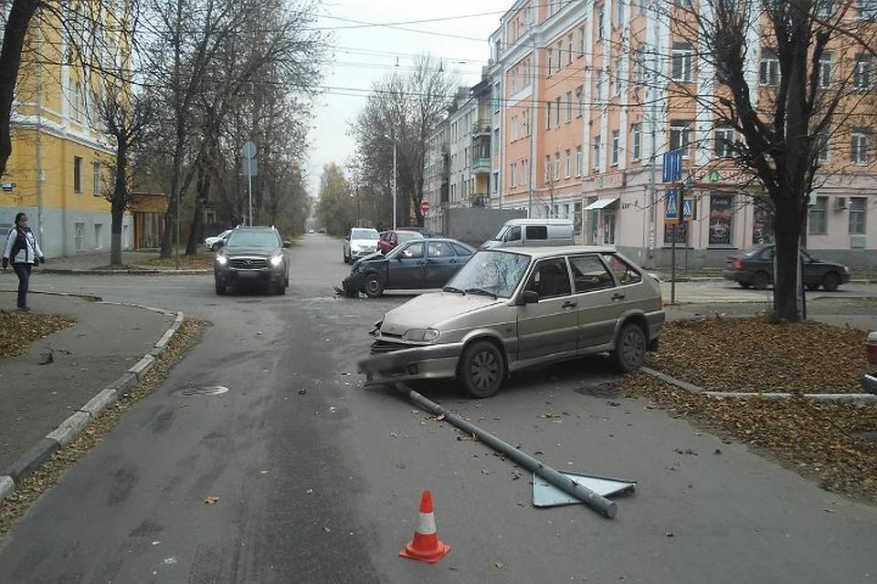 Два «ВАЗа» попали вДТП вТвери, женщина-водитель доставлена вбольницу