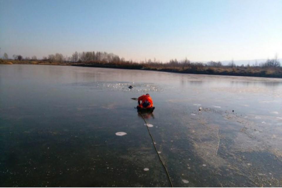 Первого данной осенью провалившегося под лед рыбака вКомсомольске вытянули cотрудники экстренных служб