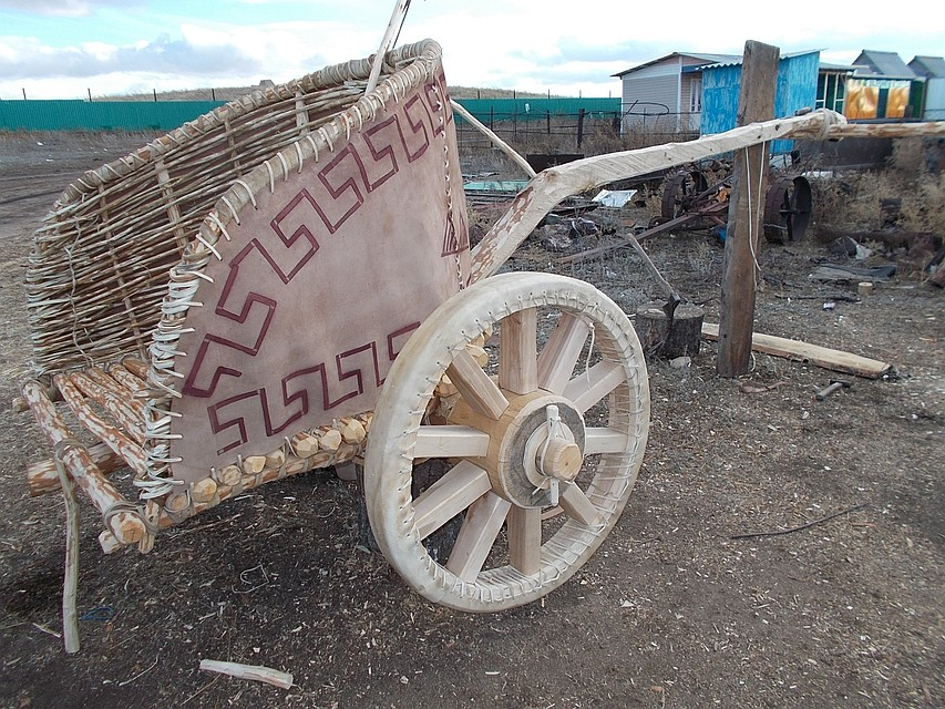 Старинную полномерную колесницу построили работники «Аркаима» без цельного гвоздя