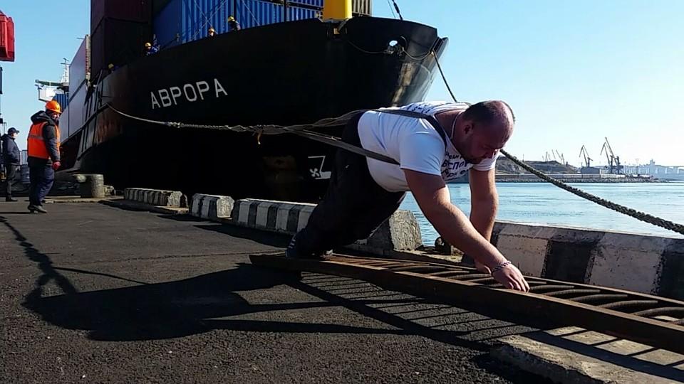 Приморский пауэрлифтер отбуксировал сухогруз весом неменее 5 тыс. тонн
