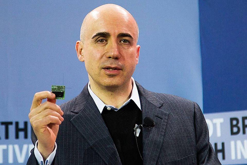 Русский  предприниматель  Юрий Мильнер собирается искать пришельцев наСатурне