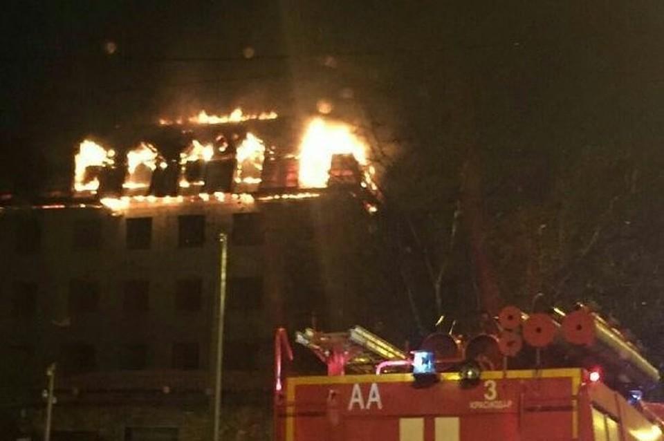 ВКраснодаре гасят пожар встроящейся пятиэтажке
