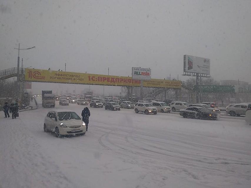 Дороги закрыли из-за снегопада воВладивостоке