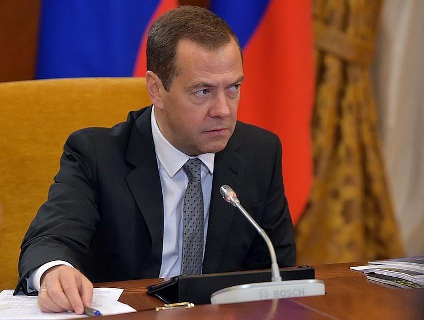 Медведев расширил доступ малых учреждений к большим заказам