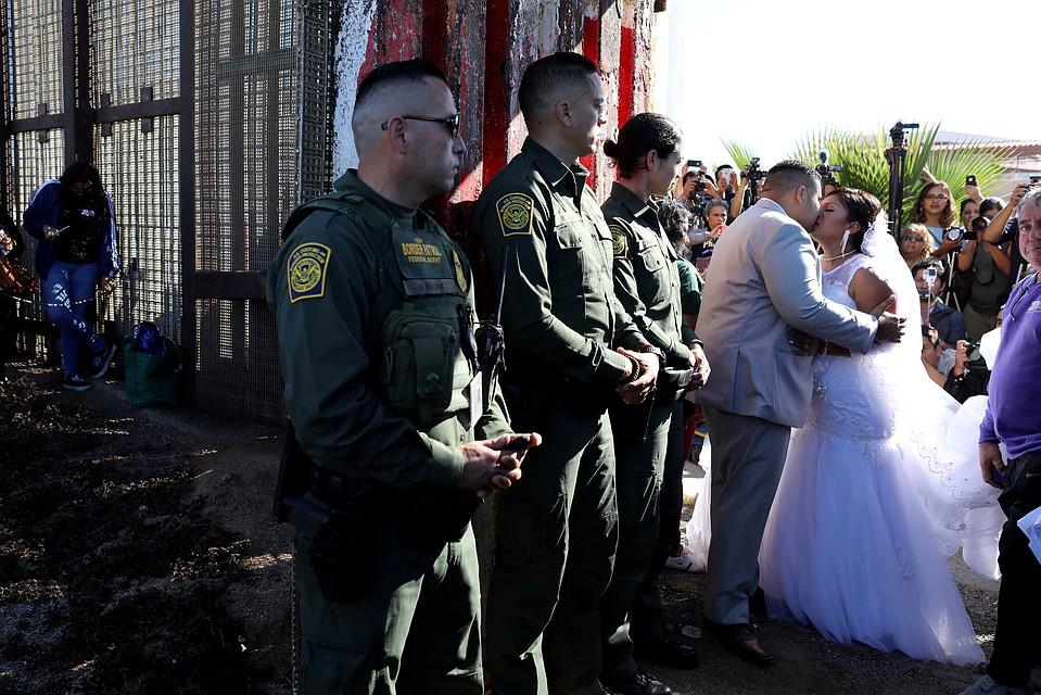 Влюбленные сыграли свадьбу награнице США иМексики