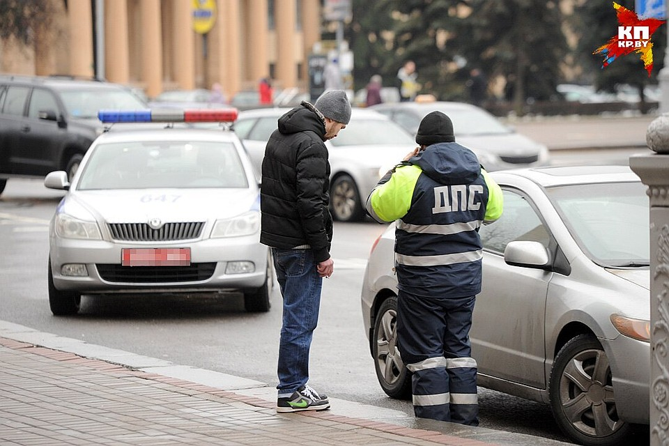 Шофёр изГомельского района давал взятку сотруднику ГАИ— ипопал навидео