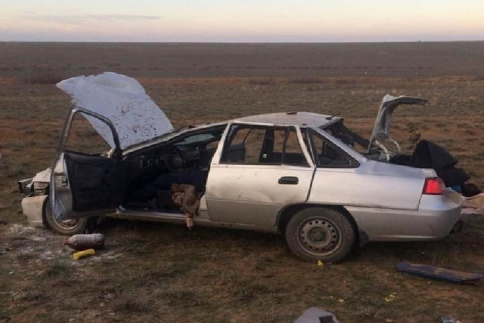 ВАстраханской области перевернулся автомобиль с брачной парой