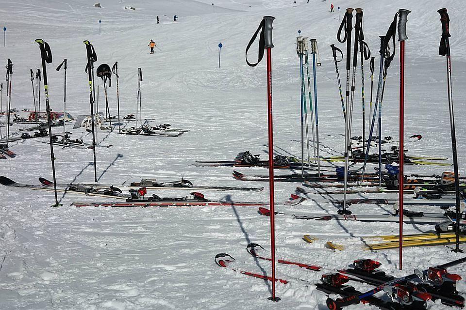 Ограбление на млн: кладовщик похитил сотни дорогих лыжных палок