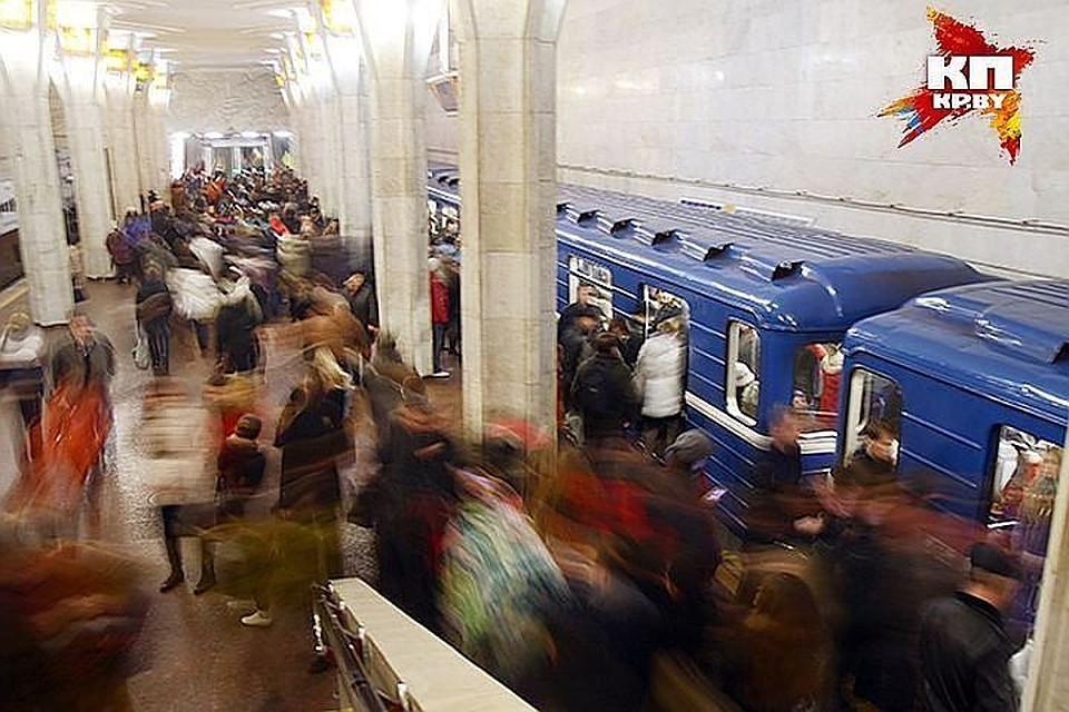 Вметро ночью остановились поезда, людей выводили потоннелю