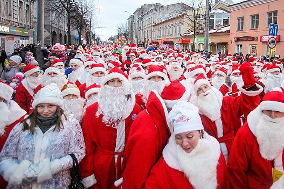 Поцентру Воронежа прошел парад из 3-х сотен Дедов Морозов иСнегурочек