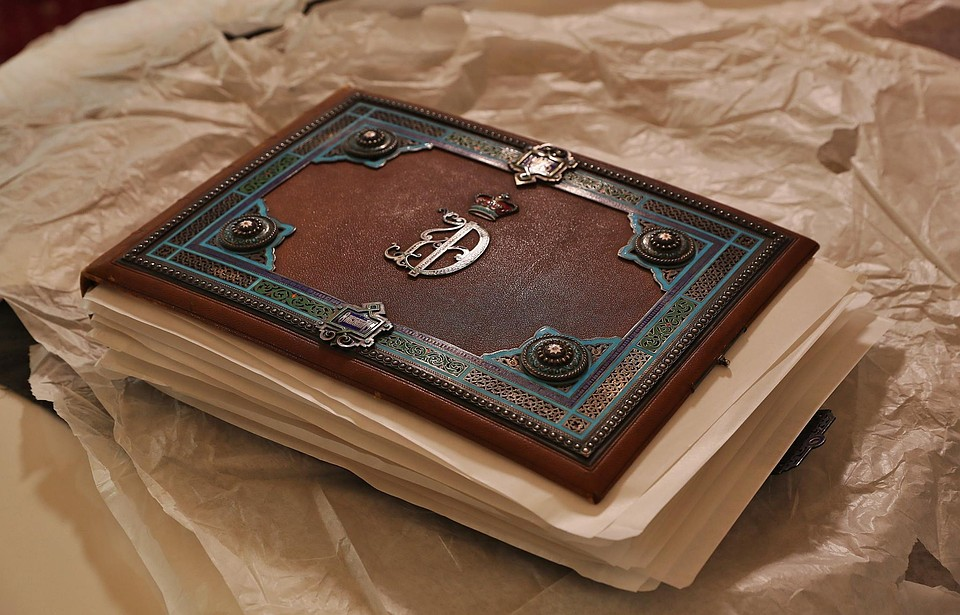 Минкульт Крыма: Ливадийскому дворцу передали альбом с фотоснимками царской семьи